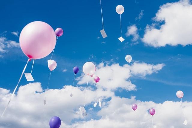 空に飛ぶ風船